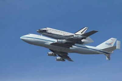 Space_Shuttle_Endeavour_over_Moffett_Field